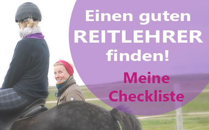Christina sitzt auf einem schwarzen Pferd. Neben ihr steht ihre Reitlehrerin Hlín und lächelt zu ihr hinauf.