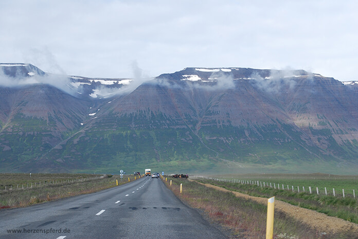 Blick auf die Berge des isländischen Hochlands von der Ringstraße im Skagafjord aus.