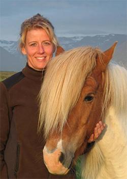 Portrait von Hlín zusammen mit einem Islandpferd